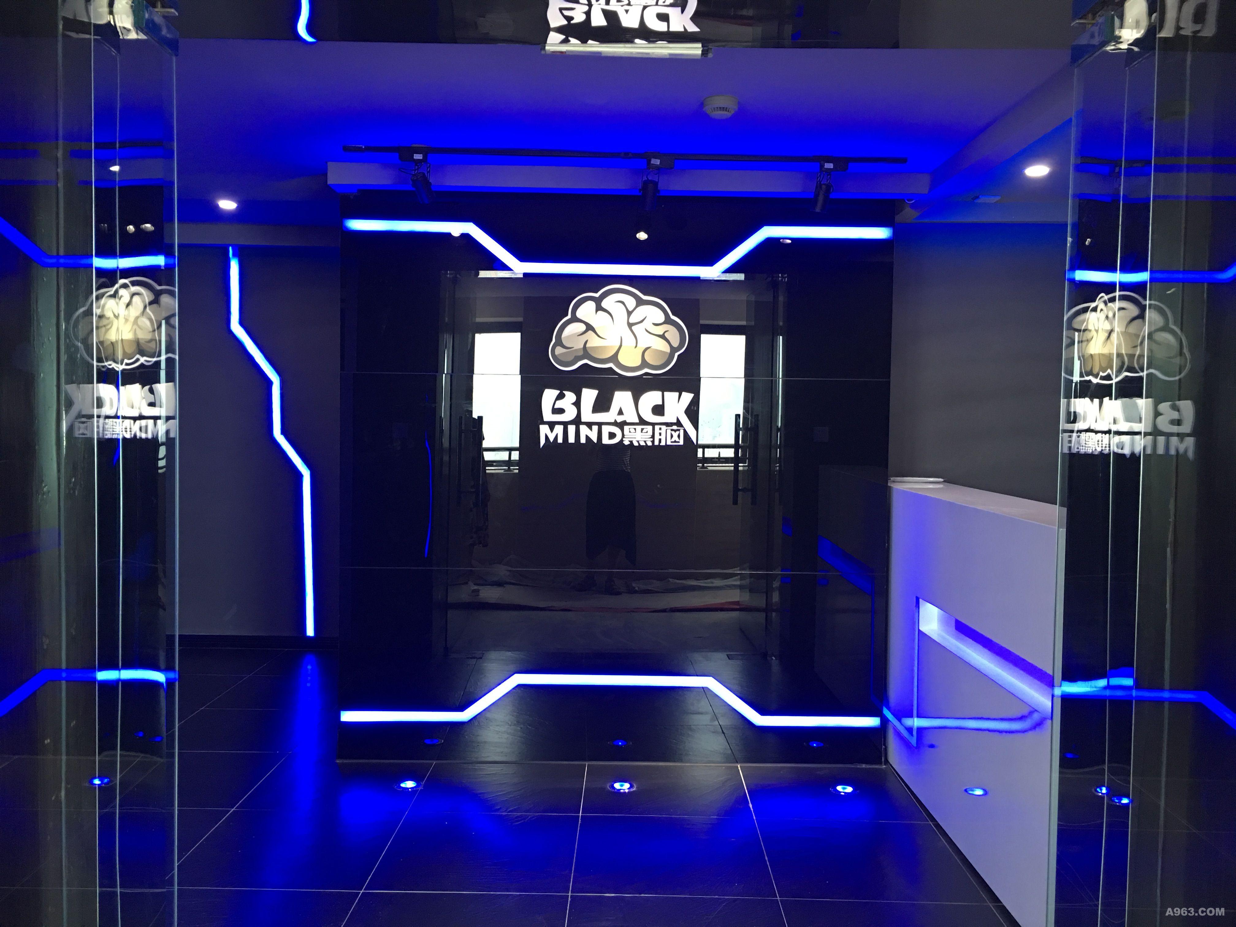 Blackmind黑脑科技(VR体验馆)项目设计主要以VR虚拟体验为主,整个空间主要在于表现出科技感,体验感,休闲感。设计分区上面做了部分功能分区,VR体验及休闲功能相对独立,休闲区域的设计可以上体验者感受到小清吧的惬意。本案以灰色系为主打,以蓝色线条灯光穿梭整个空间,以此打造出一个具有现代科技氛围感的次时代,无论是装修风格,还是家具选择上,都让体验馆充满了科技时尚的感觉。