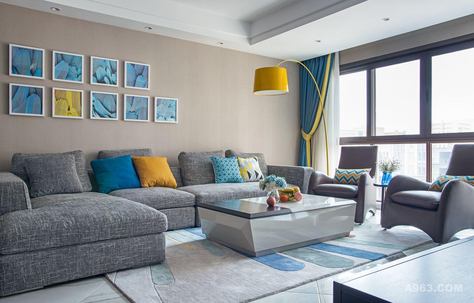 简洁自然的客厅以其灰色的格调显得尤为特别,地毯、窗帘等色彩呼应给整个空间加入跳跃的灵动感。电视墙一面并没有做过多的装饰,而是采用黑白的极简搭配,更添时尚感。