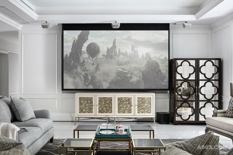 现在电视的使用机会大大减少,投影仪便开始取代了它的位置。闲暇时分,家人拥坐在荧幕前,看着喜爱的电影,舒服又惬意。