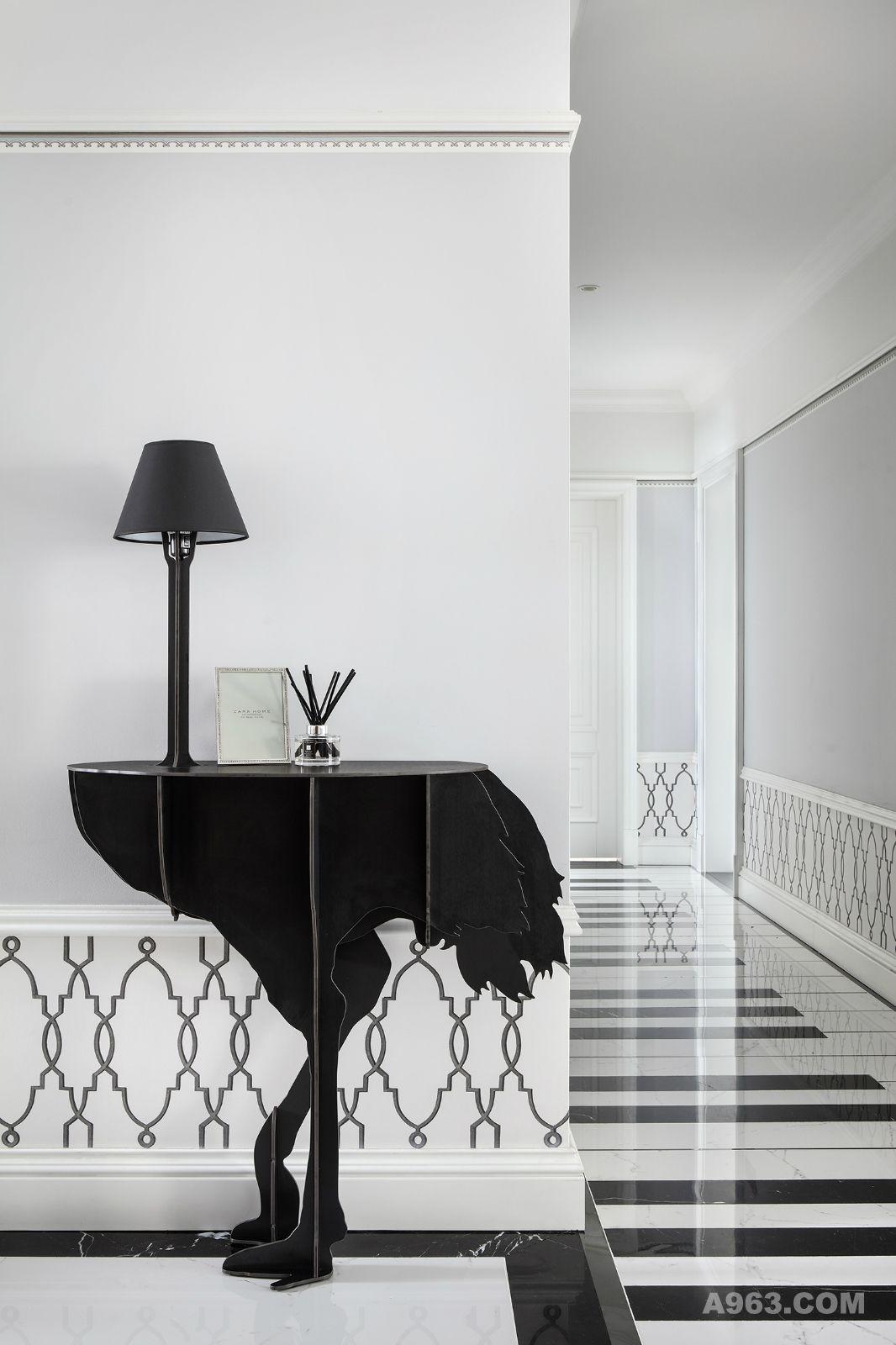 轻奢,触手可及的品味生活方式。 跃然灵动的钢琴键过道,仿佛演奏着优雅的《The Last Waltz》。出众的Ibride鸵鸟灯,宛如伴随着音乐舞动。墙裙采用石膏线条与壁纸的结合,保护墙边的同时提升了空间整体逼格。反光的地砖,将整体高度拉伸起来。
