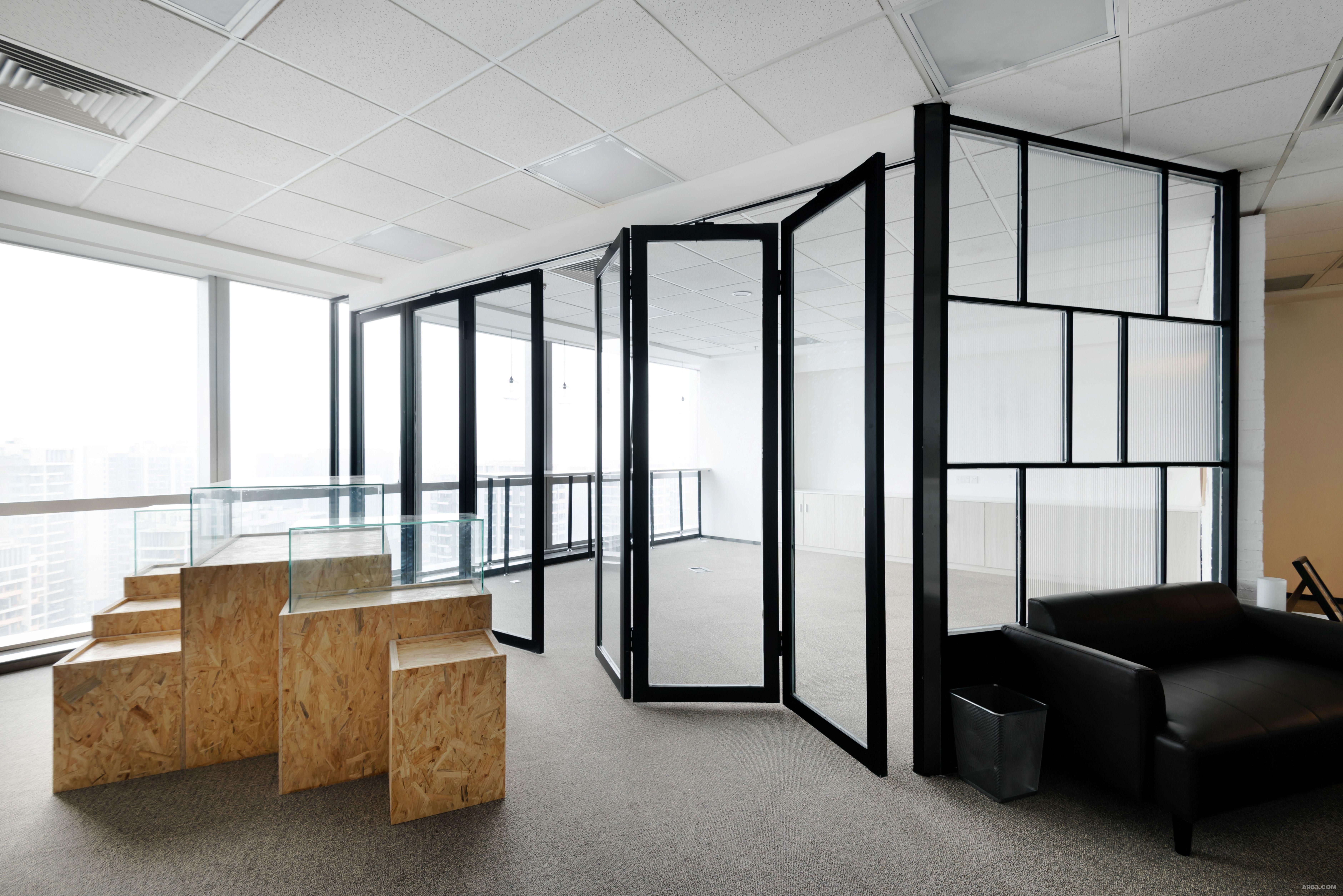 这是一个麻雀虽小五脏俱全的项目,甲方要求在这异形110m²空间里容纳7大功能;作为一家影视设备租赁公司,本案提取像素作为设计概念,像素是构成数码影像的基本单元,以像素化传达业者内心的世界:不忘初心,回归本真。用像素小方点的形态架构在空间中,重组、解构,例如接待台玻璃砖的运用等,这是像素的世界。小方点就是构成影像的最小单元--像素,用小方块规律并排,高低错落构成像素展柜陈列区。