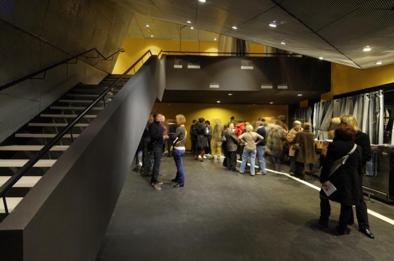 萨格勒布大的电影戏院开幕,使得市中心的老电影院关闭。萨格勒布Lika老电影院负责人,决定重用的新的文化设施。在这种情况下Lika老电影院被建成一个新的舞蹈中心。   电影院位于一个废弃的住宅大厦,距萨格勒布的主要广场只有100米的距离。整个项目的计划是定义的总体规划的合计发展地区确定,并放置在老电影院壳牌项目。新的舞蹈中心,该中心将容纳众多的舞蹈演员,编舞,艺术部队和公司将有三个多功能电影制片工作室(一个大的150个伸缩席位和两个规模较小的训练工作室),三个宽敞的更衣室,卫生间,道具仓库和技术办公空间