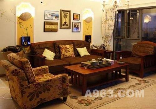 背景墙的手绘花纹及画作装饰,都是主人自己手绘而成的,挂着客厅装饰也
