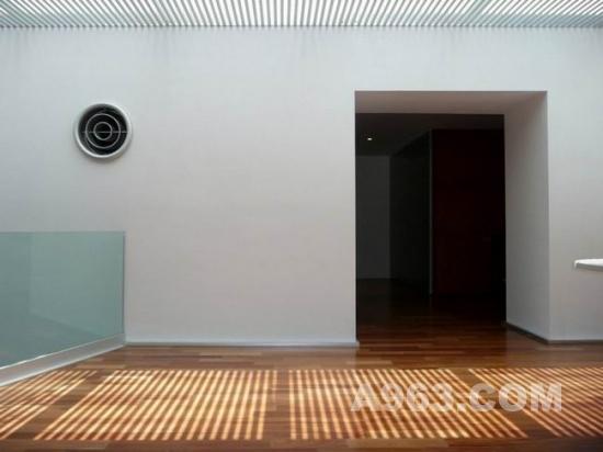 在这座工作室的设计中,室外的雪松格外引人注目,这象征了自然之美