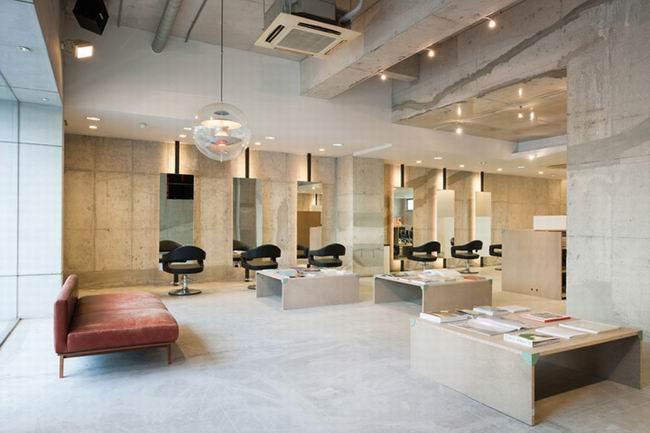 整体装修简单大气,柔和的灯光设计更好的体现了发廊的商业氛围.
