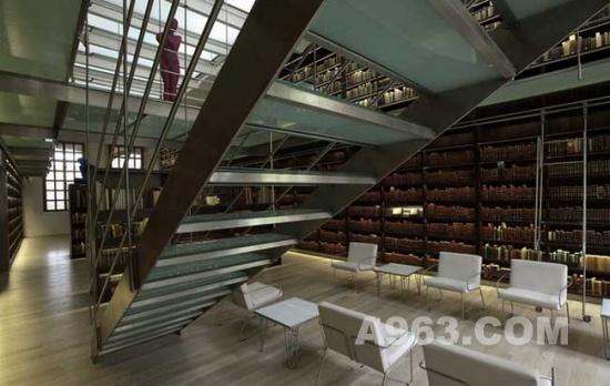 整个图书馆的设计显得十分沉稳,深色的木制家具和书架,铁质的栏杆